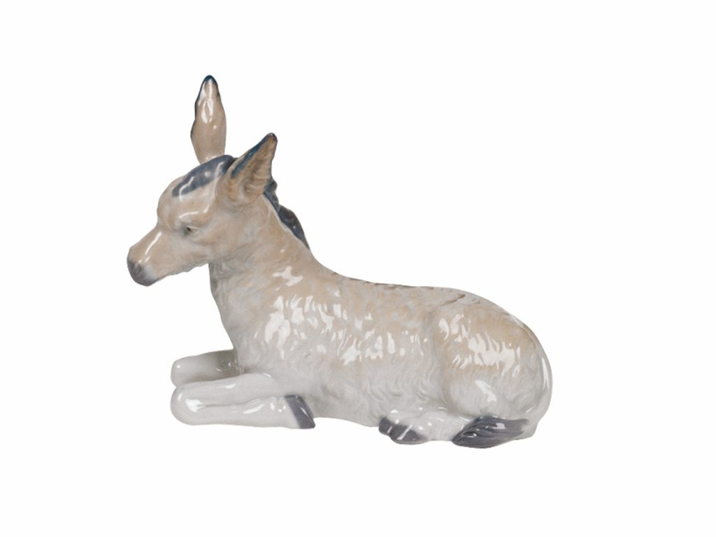 This is adorable sculpture of a Donkey comes in a shiny grey with fine details, it is a perfect addition to a Nativity or Animal Nao collection.